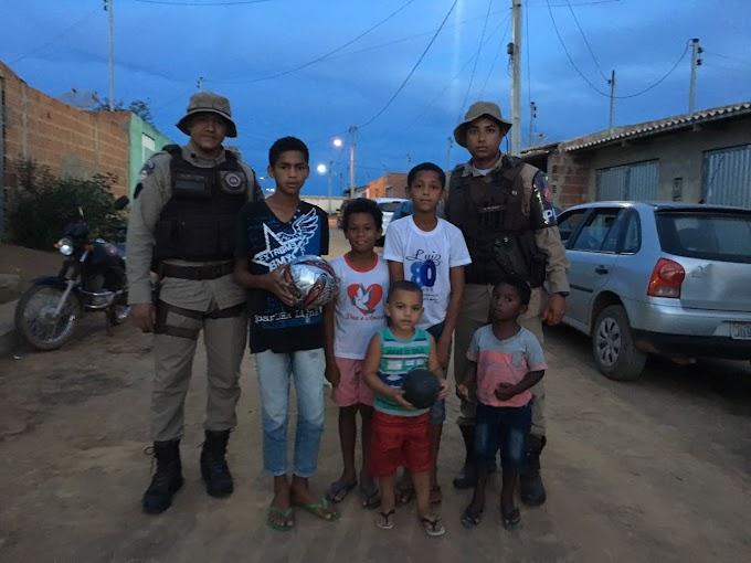 Policiais militares doam bola de couro para crianças em Mirangaba