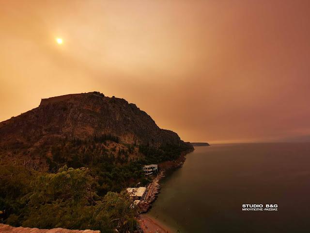 Ο καπνός από την μεγάλη φωτιά στα Βίλια έχει σκεπάσει την Αργολίδα