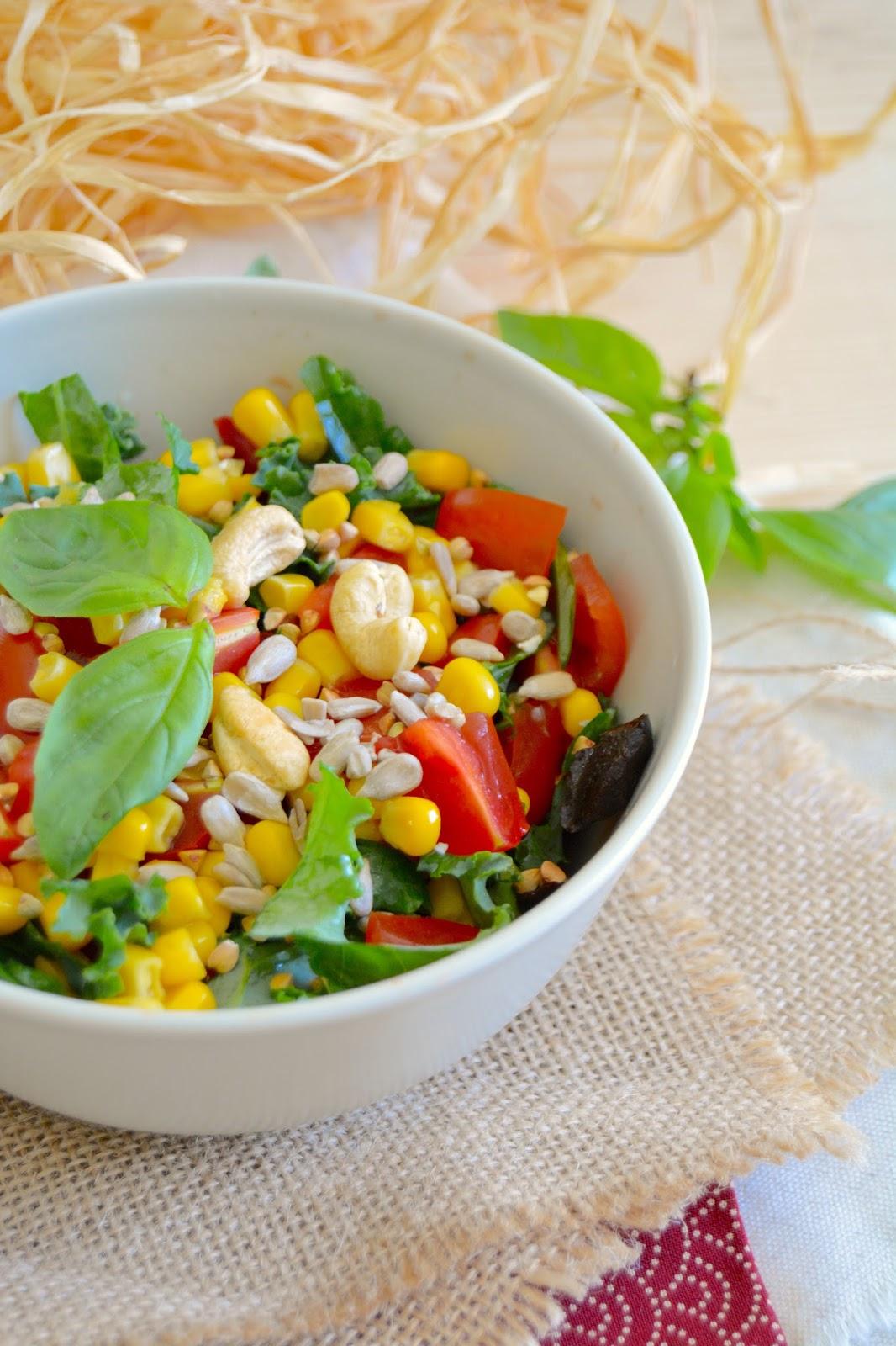 Rosenoisettes Salade Crue De Chou Kale Tomates Poivrons Et Mais