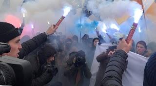 """Фабрику """"Рошен"""" взяли в облогу, такого Порошенко не очікував, все в диму: кадри подій"""