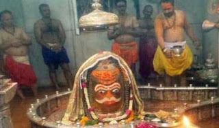 first-shravan-monday-in-between-tight-security-thousands-of-devotees-worship-in-mahakaleshwar-temple