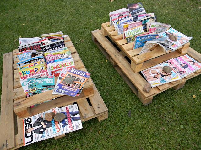 Biblioteka w Zbąszyniu przygotowała wypożyczalnię czasopism na plaży.