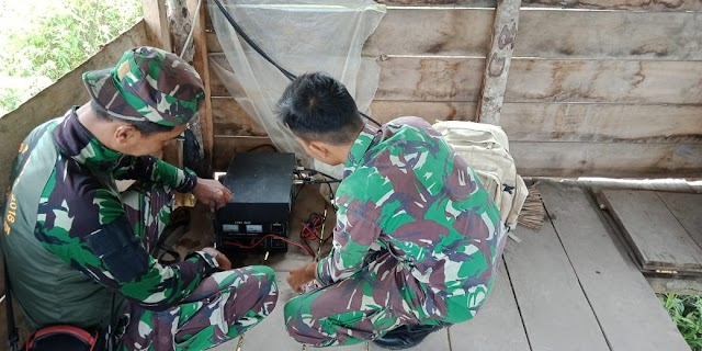 Dukung Kelancaran TMMD Ke-109 Kodim 0311/Pessel Anggota Denhub Perbaiki Refiter Radio
