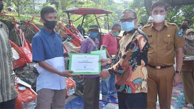 Anggota DPR Hermanto Salurkan Bantuan Traktor dan Pompa Air untuk Keltan Sawahlunto