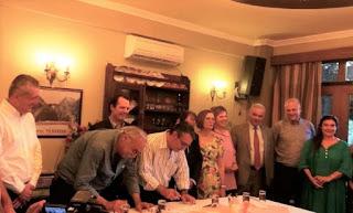 Μπήκαν οι υπογραφές για τη γέφυρα της Πλάκας, παρόντες 3 υπουργοί