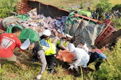 Truk Seruduk Tronton Parkir di Tol Pekalongan, Satu Nyawa Melayang