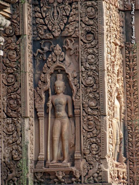 Banteay Srei, guardian en nicho de puerta del primer recinto - Angkor, Camboya por El Guisante Verde Project