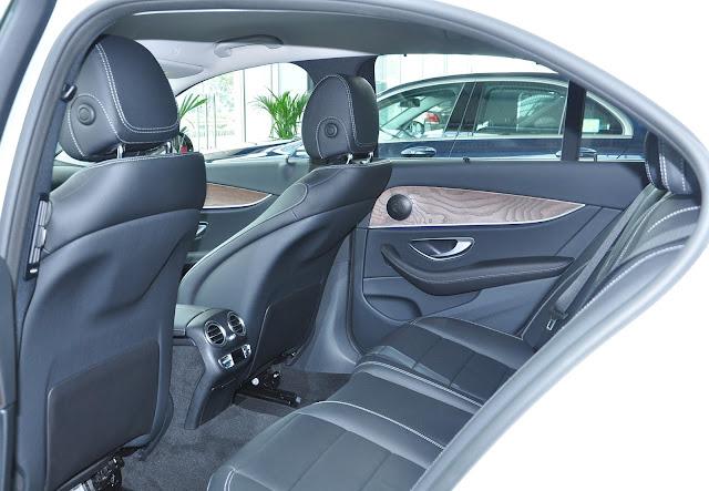 Khoang sau Mercedes E200 thiết kế rộng rãi và thoải mái