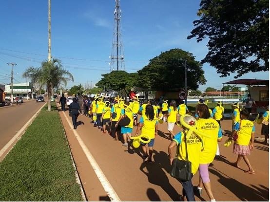 Estudantes realizam caminhada em prol de conscientização no trânsito