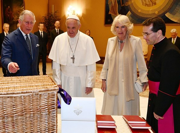 Prince Charles and his wife , Duchess Camilla of Cornwall met with Pope Francis at the Apostolic Palace in Vatikan. Duchess Camilla wear Pearl necklace