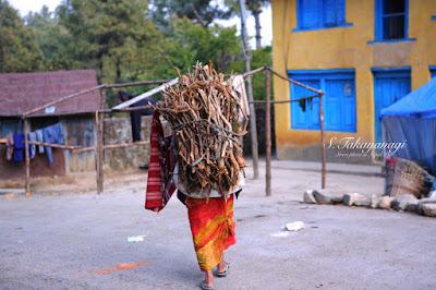 ネパールの山間の集落の働く女性