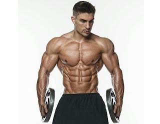 Hombre musculoso sin camiseta con pesas