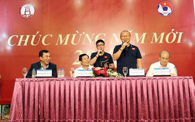 Thầy trò HLV Park Hang Seo nhận lì xì trước ngày đi tranh tài U23 châu Á 2