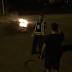 Un homme allume un feu en plein milieu de la rue à Gatineau