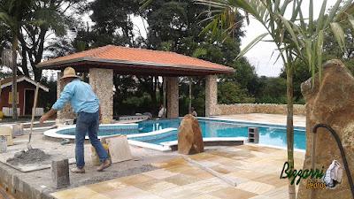 Execução de revestimento de pedra, com pedras do rio, sendo o revestimento nos pilares com o piso de pedra São Tomé amarelo.
