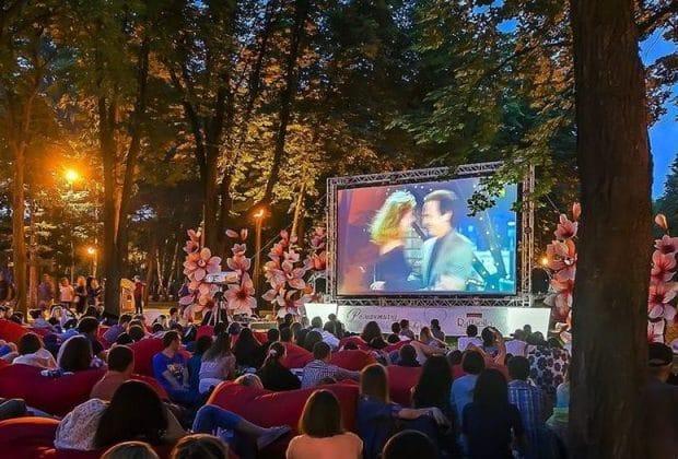 У Києві відкрили безкоштовний кінотеатр просто неба