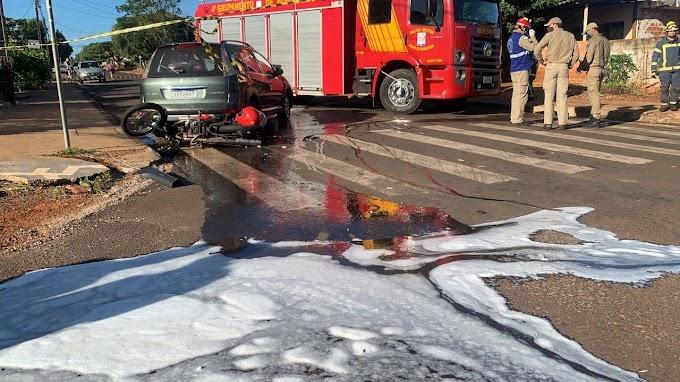 Grave colisão envolvendo carro, moto e anteparo é registrada em Cascavel