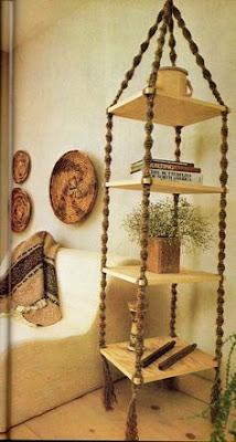 prateleiras suspensas de uma forma bonita e artesanal