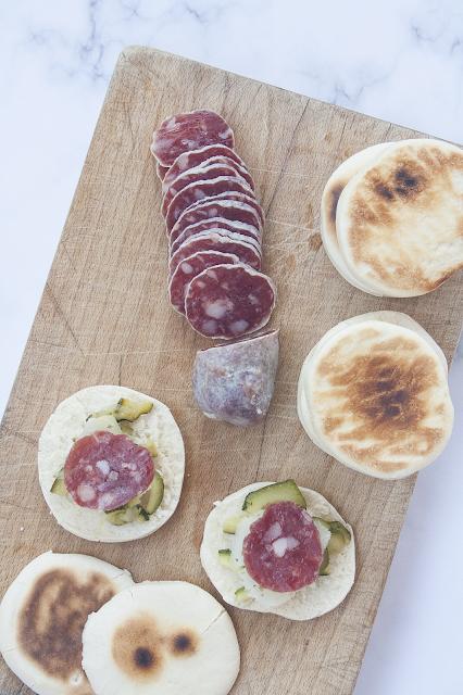 Tigelle fatte in casa con zucchine spadellate, formaggio e salame del Berlinghetto