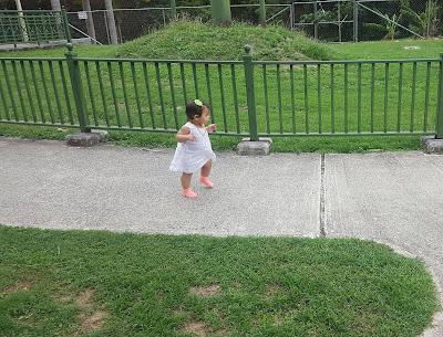 bebe-caminando-parque