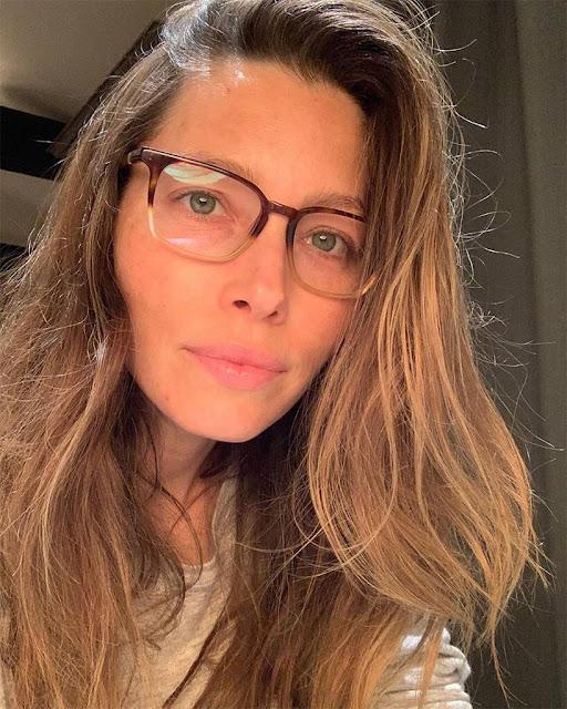 جيسيكا بيل بالنظارات الطبية