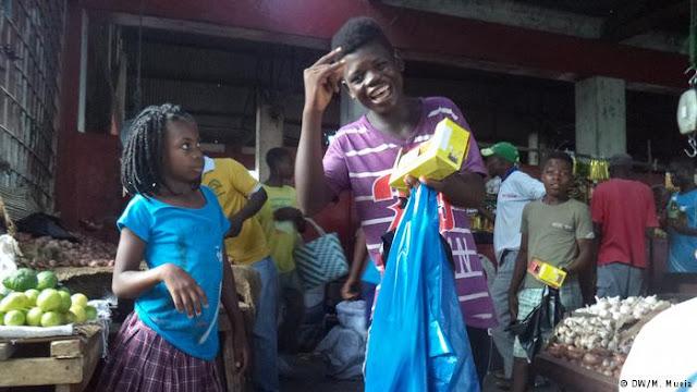 MOÇAMBIQUE | Crianças vendem nas ruas para pagar material escolar