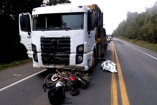Acidente moto caminhão em Mafra