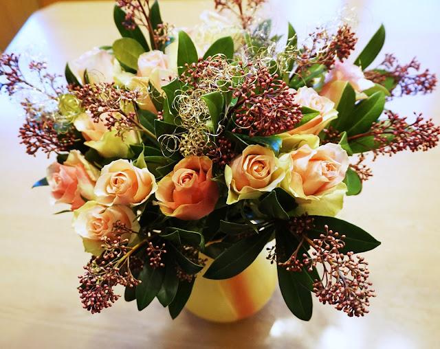 Adventszeit - Vorfreude auf Weihnachten Bloomy Days Blumenstrauß, Rosen