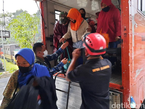Gunung Merapi Erupsi Luncurkan Awan Panas Sejauh 2 Km Siang Ini