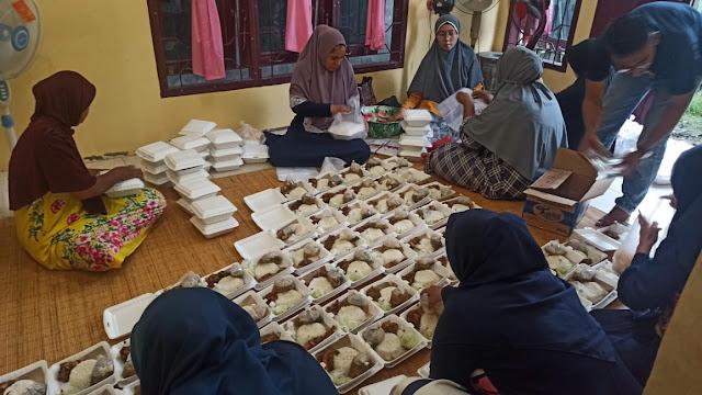 Komunitas Kita Berbagi sedang mempersiapkan nasi kotak