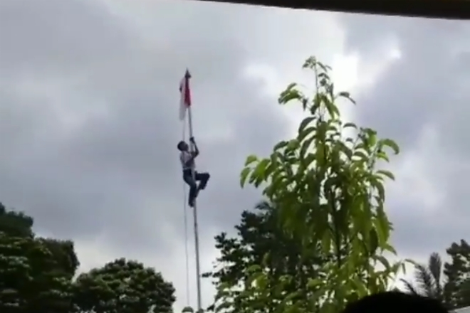 Tali Tersangkut, Siswa SMK Di Bone Panjat Tiang Bendera
