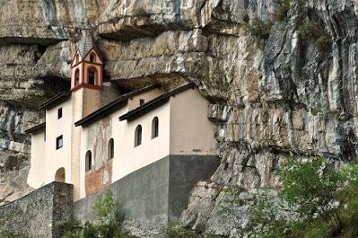 il Bellissimo Eremo di San Colombano (Trambileno - Trento) incastonato nella roccia...Gite e vacanze in Trentino