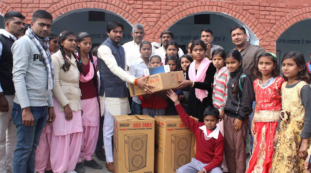 Bhakiyu Yuva Pradesh President Dinesh Bhati presented the sound system to the government school of Amipur.