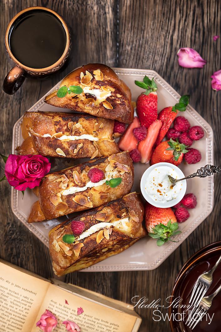 tosty francuskie nadziewane serkiem kremowym z owocami