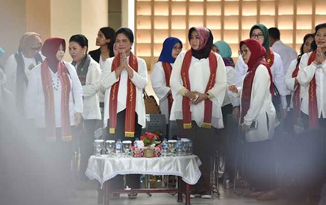 Ibu Negara Iriana Joko Widodo mendatangi PAUD Toba Lestari di Desa Lumban Gaol, Kecamatan Balige, Toba Samosir, Selasa (17/4)