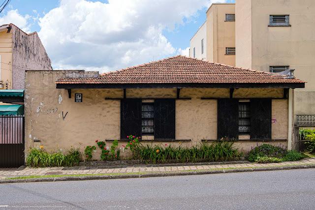 Casa com floreira na altura na calçada