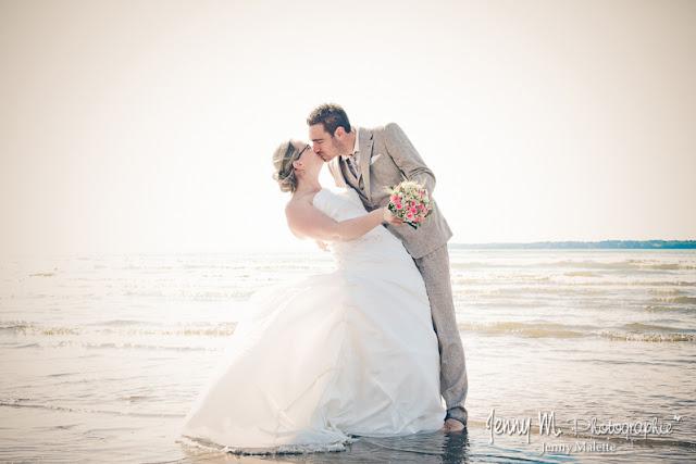 photo mariés les pieds dans l'eau qui s'embrassent