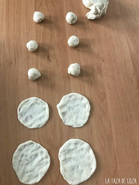 Preparación de las tortitas, primero bolitas y aplastar con los nudillos