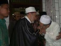 Indahnya Adab Kiai Maimoen Zubair Ketika Mencium Tangan Habib Yusri Mesir