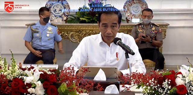 Kasus positif virus corona baru (Covid-19) yang masih terus menanjak dari hari ke hari menjadi materi rapat terbatas (ratas) virtual Presiden Joko Widodo bersama jajarannya di Istana Negara, Jakarta Pusat, Senin (3/8).