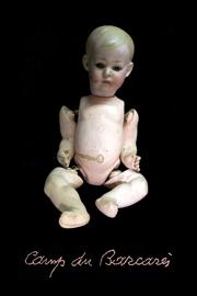 cent photographies de poupées symbolisent les enfants des camps français de la seconde guerre mondiale.