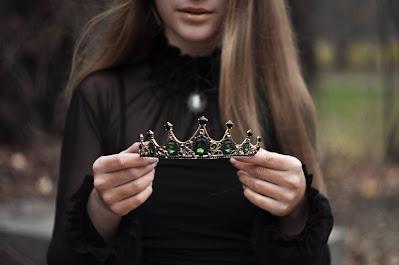Mujer sosteniendo una tiara con pedrería