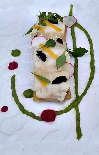 Bacalao sobre puerro con salsa de remolacha y espárragos