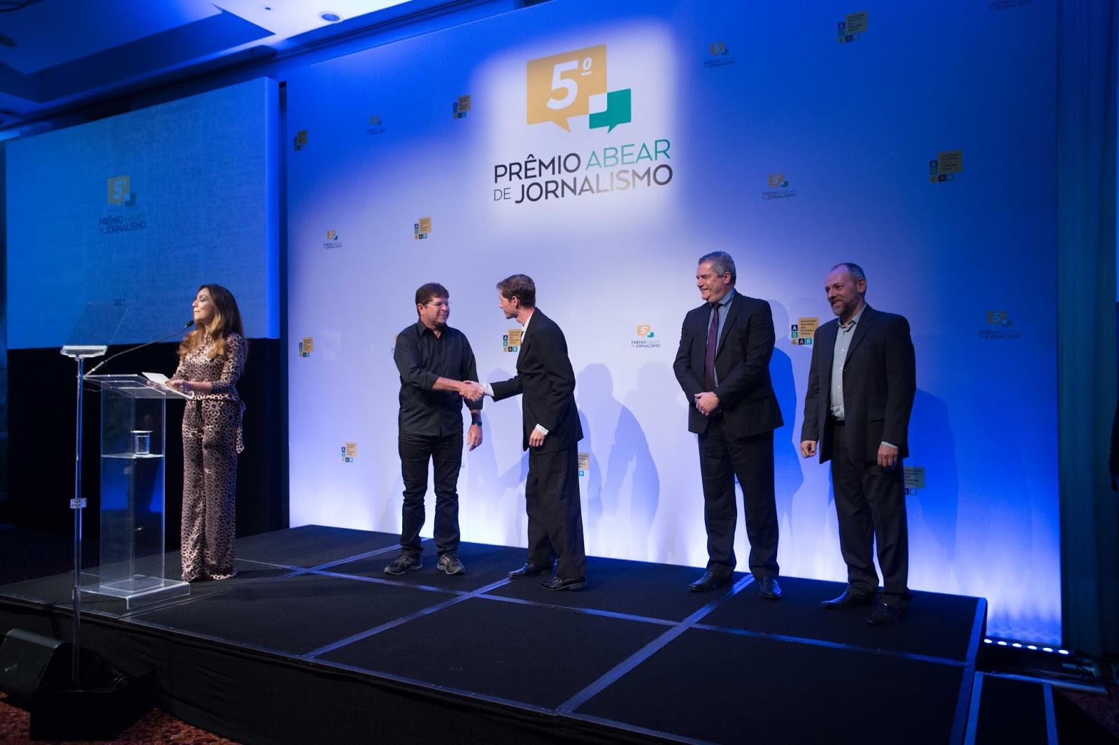 É MAIS QUE VOAR recebe o prêmio da Quinta edição do Prêmio ABEAR de jornalismo