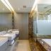 Banheiro branco e marrom com jardim de inverno e banheira revestido de mármore!