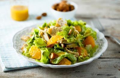 سلطة دجاج مشوي مع البرتقال والمكسرات .. تميز دائما وتقديم أفضل سلطات الدجاج اللذيذة مع الخلطات والمكونات اللذيذة ، أضف المكسرات والبرتقال وتذوق الطعم.