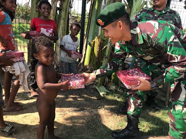 Satgas Yonif Mekanis Raider 411 Kostrad Berbagi Kebahagiaan di Merauke