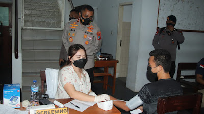 Tinjau Vaksinasi di Unklab, Wakapolda Sulut Ajak Masyarakat Tetap Patuhi Protokol Kesehatan