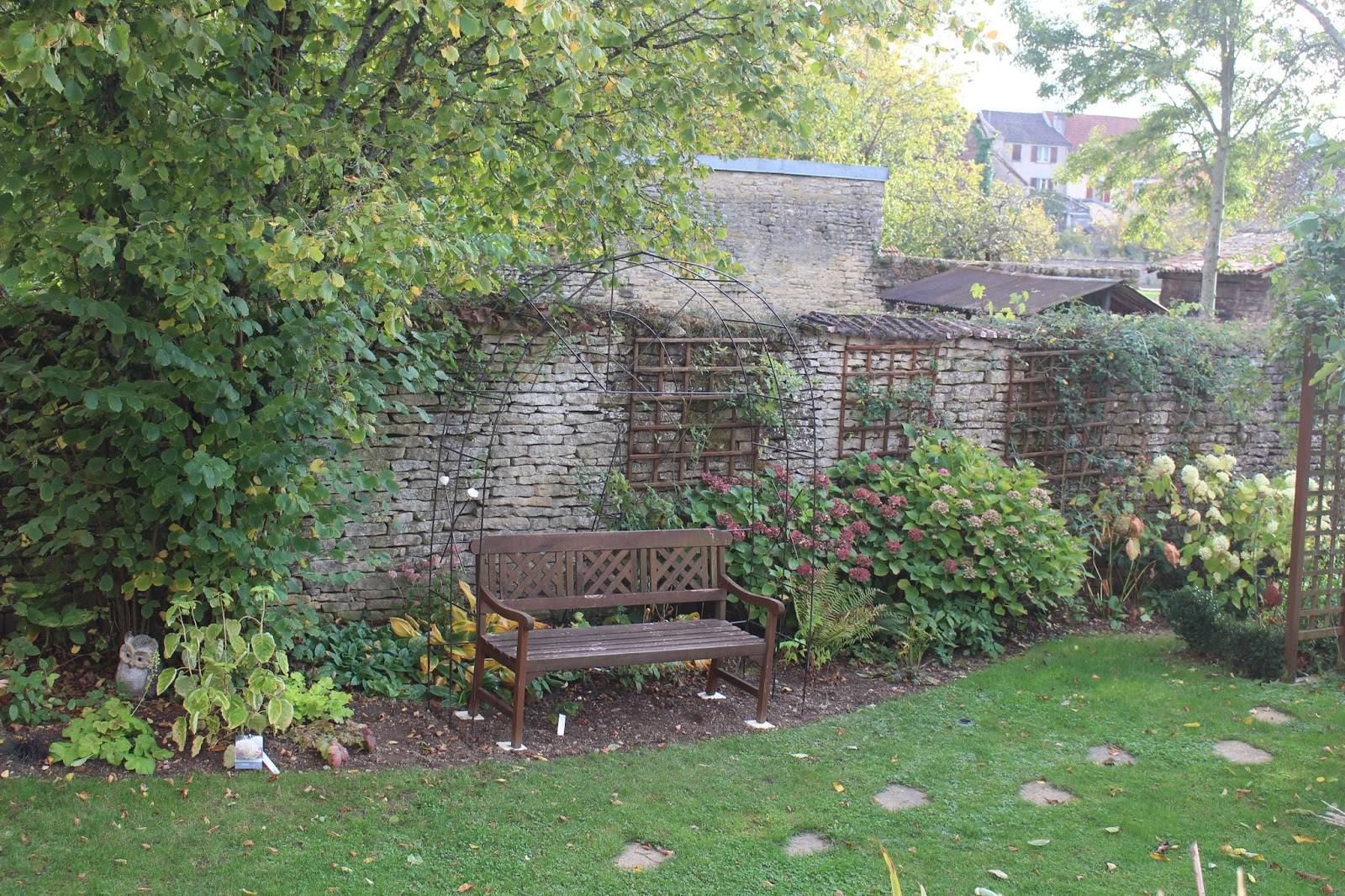 notre jardin secret une arche en fer b ton. Black Bedroom Furniture Sets. Home Design Ideas
