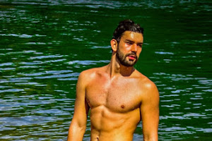 Nadador Gabriel Rodrigues posa para ensaio sensual às margens de rio
